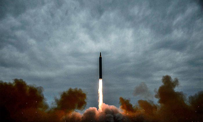 Una prueba de lanzamiento del misil balístico intermedio Hwasong-12 de Corea del Norte en un lugar no revelado cerca de Pyongyang, en una foto publicada por la Agencia Central de Noticias de Corea del Norte el 30 de agosto. (STR/AFP/Getty Images)