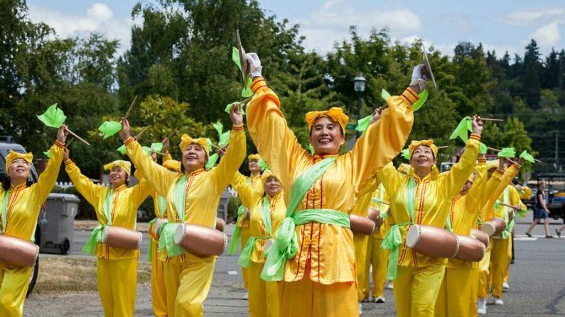 Alice Liu tocando con una banda tradicional de tambores chinos en Vancouver   Cortesía Alice Liu