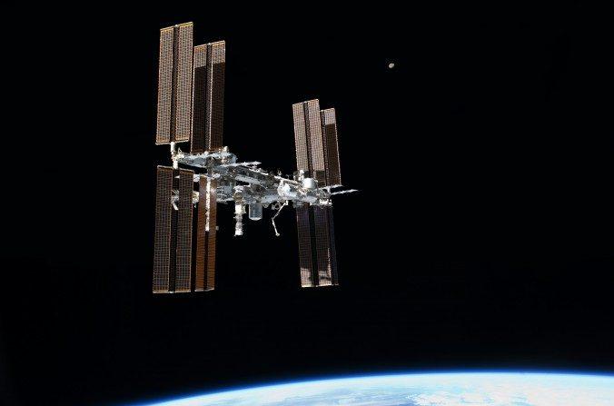 La Estación Espacial Internacional, fotografiada desde la nave espacial Atlantis, julio de 2011. (NASA via Wikimedia Commons)