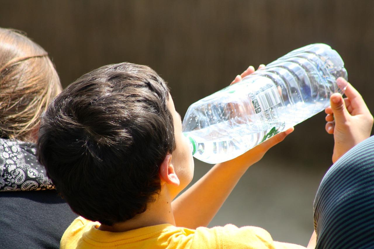 ¿Qué peligro invisible tiene el agua que bebemos a diario?