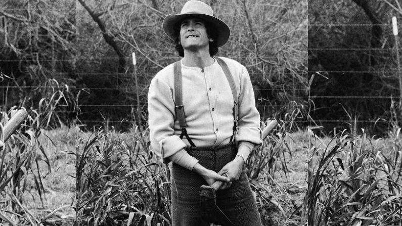 """El actor estadounidense Michael Landon (1936 - 1991) se encuentra en un campo en un alambique de la serie de televisión """"La casita en la pradera"""", alrededor de 1976. (Foto de NBC Television/Cortesía de Getty Images)"""