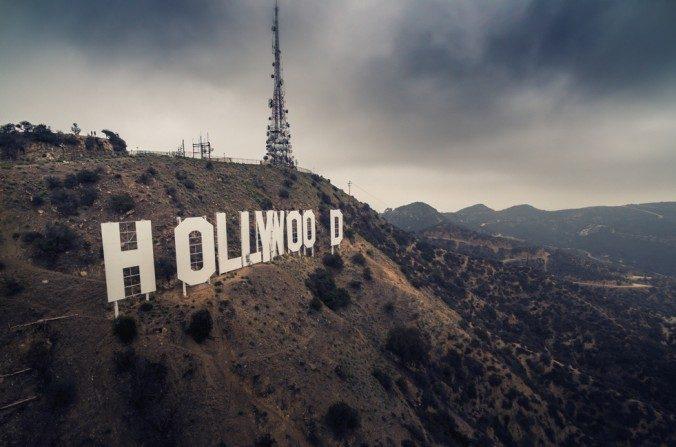 Nubes de tormenta sobre el cartel de Hollywood en Los Angeles en esta foto de archivo. (logoboom/Shutterstock)