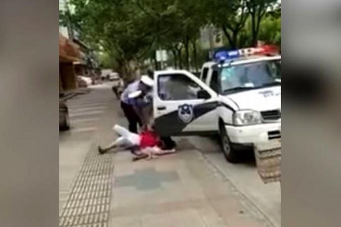 Video de policía chino golpeando a una mujer con un niño en brazos causa indignación