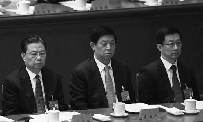 Han Zheng (I) habla con Li Zhanshu (C) y Zhao Leji (D) en la sesión de clausura del XIX Congreso Nacional el 24 de octubre de 2017. Los tres son recién nombrados para el máximo órgano de toma de decisiones del Partido Comunista de China, el Comité Permanente del Politburó. (Wang Zhao / AFP / Getty Images)