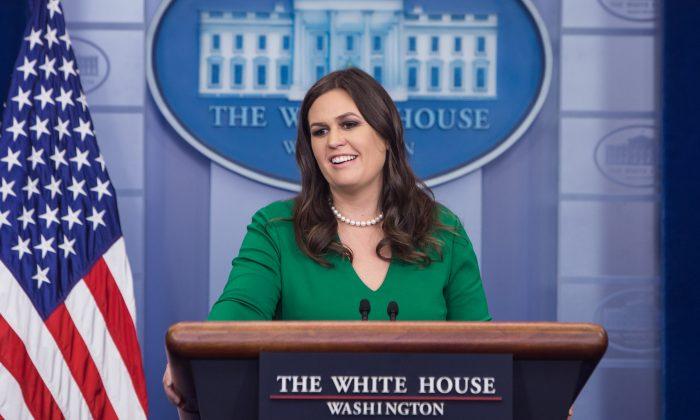 La secretaria de prensa de la Casa Blanca, Sarah Sanders, habla durante una rueda de prensa el 27 de octubre de 2017. (Samira Bouaou/La Gran Época)