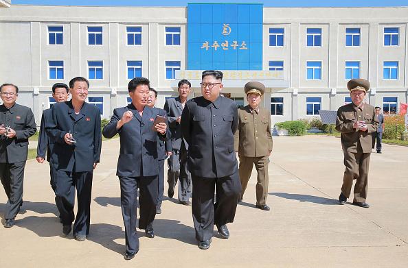 Kim Jong-Un, visitó el instituto de investigación en las granjas de fruta del condado de Kwailp, en la provincia de Hwanghae del Sur, el 21 de septiembre de 2017. (Foto STR / AFP / Getty Images).