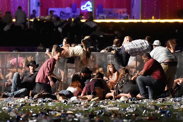 La gente se refugia durante el festival de música country luego de ser atacados a disparos el 1 de octubre de 2017 en Las Vegas, Nevada. (Foto de David Becker / Getty Images)