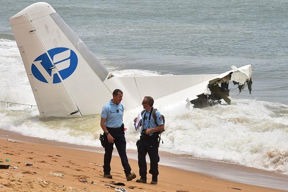 Gendarmes franceses caminan por la playa de Port-Bouet en Abidján cerca de los restos del avión. (ISSOUF SANOGO / AFP / Getty Images)