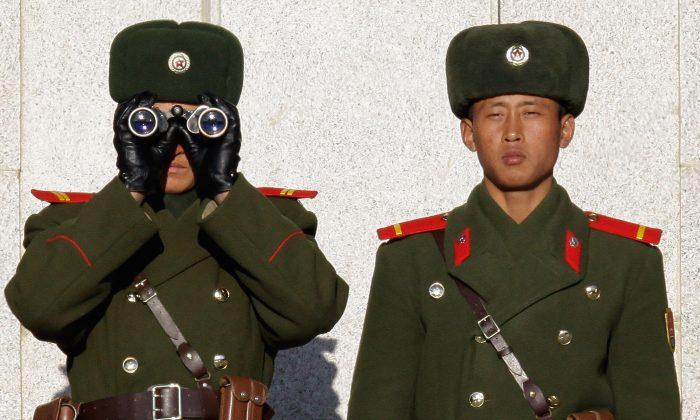 Soldados de Corea del Norte miran a Corea del Sur a través de la Zona Desmilitarizada de Corea, 22 de diciembre de 2011. (Chung Sung-Jun / Getty Images)