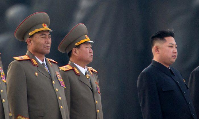 El dictador Kim Jong Un y líderes militares durante una ceremonia en Pyongyang, Corea del Norte, el 16 de julio de 2012. (Ed Jones/AFP/GettyImages)
