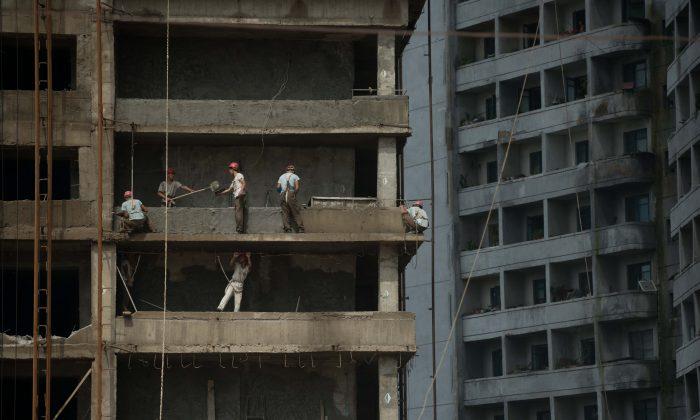Trabajadores en Pyongyang el 29 de julio de 2013. El uso generalizado de mano de obra esclava por parte de Corea del Norte es el objetivo del último informe del Departamento de Estado sobre los abusos del régimen contra los norcoreanos. (Ed Jones/AFP/Getty Images)