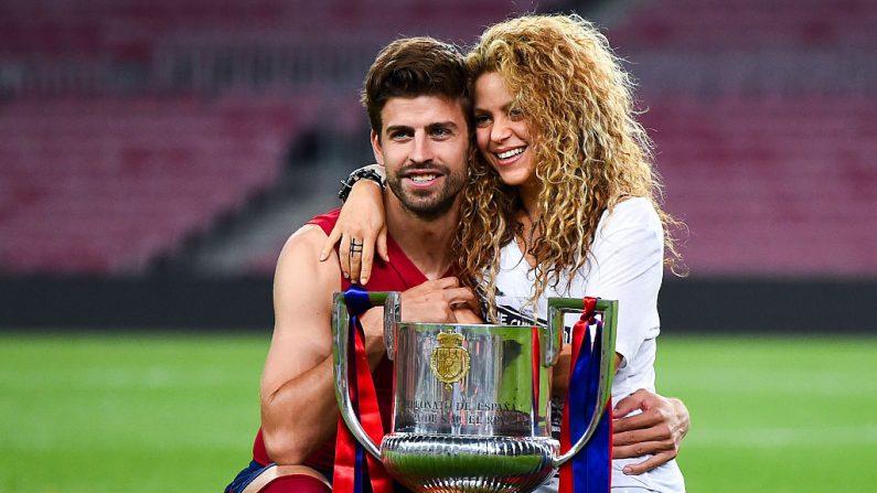 Gerard Piqué del FC Barcelona y Shakira posan con el trofeo después de que el FC Barcelona ganara el partido final de la Copa del Rey contra el Athletic Club en el Camp Nou el 30 de mayo de 2015 en Barcelona, España. (Foto de David Ramos / Getty Images)