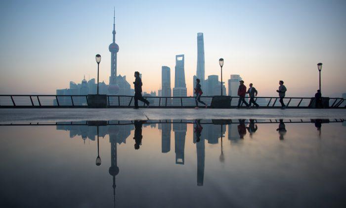 El paisaje urbano del Distrito Financiero Lujiazui en Pudong, Shanghai, 2 de diciembre 2015. (Johannes Eisele/AFP/Getty Images)