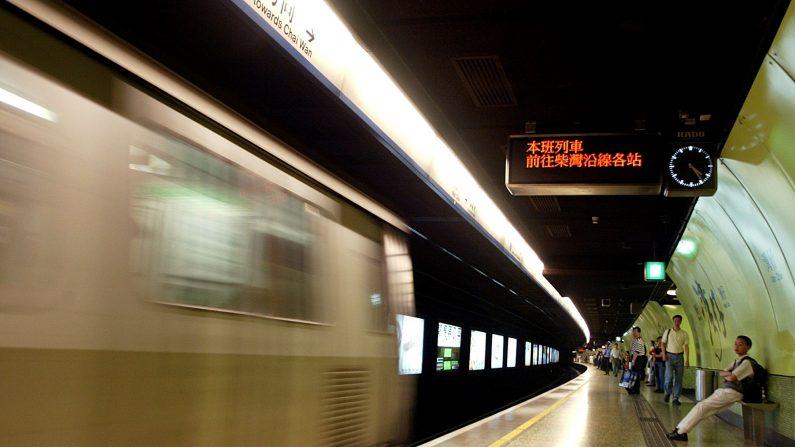 Personas esperan un tren de tránsito masivo (MTR) en esta foto de archivo el 16 de abril de 2002 en Hong Kong. (Peter Parks / AFP / Getty Images)