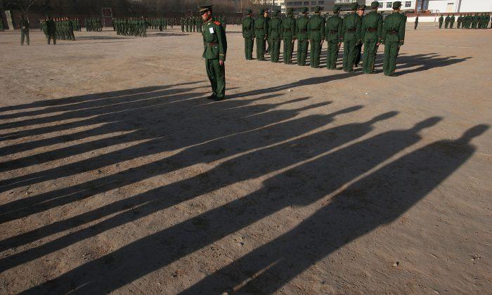 Reclutas del ejército entrenándose en una base en Xining, provincia de Qinghai, China, el 26 de diciembre de 2005. (Fotos de China/Getty Images)