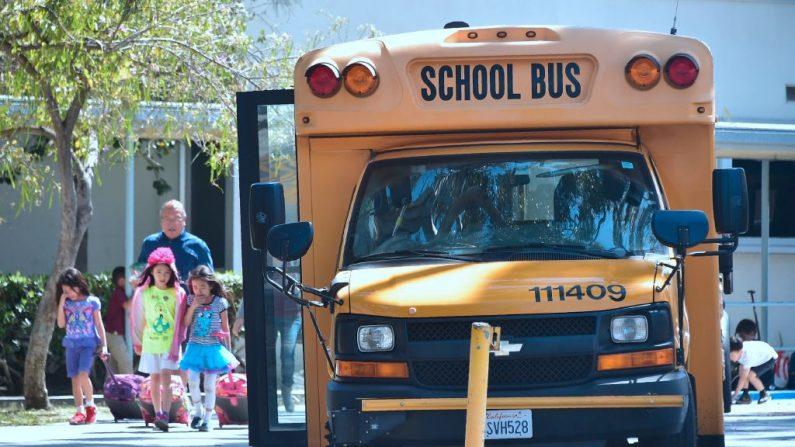 Niños pasan junto a un autobús escolar en Monterey Park, California, el 28 de abril de 2017. (Frederic J. Brown/AFP/Getty Images)