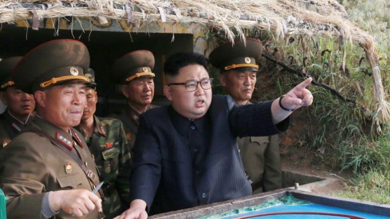 Este cuadro sin fecha publicado por la Agencia Central de Noticias Coreana (KCNA) el 5 de mayo de 2017 muestra al líder norcoreano Kim Jong-un (C) inspeccionando el destacamento de defensa en la Isla Jangjae y el Destacamento de Defensa del Héroe en la Isla Mu, ubicado en la parte más meridional de las aguas del frente suroeste. (STR/AFP/Getty Images)