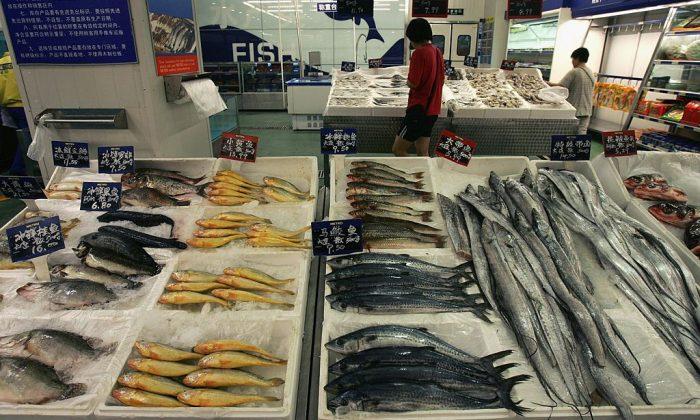 Un cliente compra pescado en un supermercado de Beijing, China. (China Photos/Getty Images)
