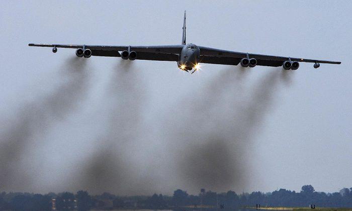 Un bombardero B-52H de largo alcance, que forma parte de la flota de la Segunda Octava Fuerza Aérea de los EE. UU., despega el 19 de septiembre de 2007 desde la Base de la Fuerza Aérea Barksdale en Luisiana. (Paul J Richards / AFP / Getty Images)
