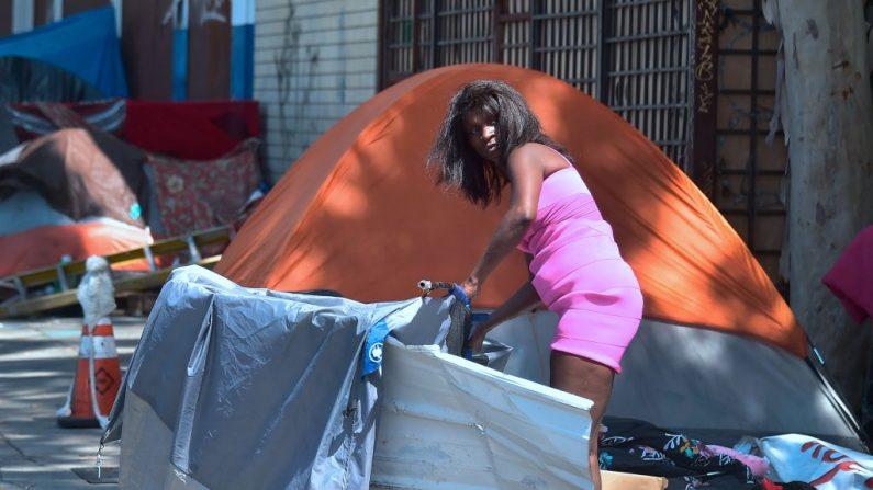 Una mujer en situación de calle levanta una barricada frente a su carpa cerca de Skid Row, en el centro de Los Ángeles, el 20 de junio de 2017. Un brote de hepatitis A entre los desamparados y consumidores de drogas en California se cobró 17 vidas e infectó a cientos de personas. (FREDERIC J. BROWN/AFP/Getty Images)