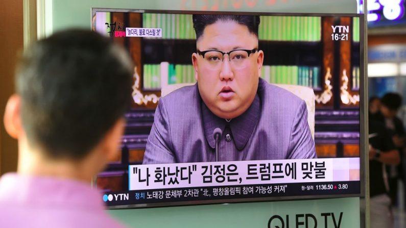 Un hombre observa una pantalla de televisión que muestra al líder norcoreano Kim Jong-Un entregando una declaración en Pyongyang, en una estación de tren en Seúl el 22 de septiembre de 2017. (JUNG YEON-JE / AFP / Getty Images)