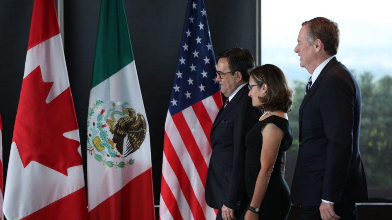 (De Izq. a Der.) El Secretario de Economía de México, Ildefonso Guajardo Villarreal, la Ministro de Asuntos Exteriores de Canadá, Chrystia Freeland, y el Representante de Comercio de los Estados Unidos, Robert E. Lighthizer, en la tercera ronda de renegociaciones del TLCAN en Ottawa, Ontario, 27 de septiembre de 2017.(LARS HAGBERG / AFP / Getty Images)