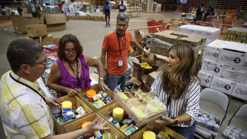 Suministros de socorro son clasificados en cajas en el estadio Roberto Clemente para ser enviados a los afectados por el huracán María, el 30 de septiembre de 2017 en San Juan, Puerto Rico. (Joe Raedle / Getty Images)
