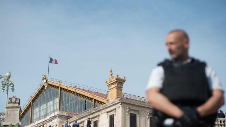 Un policía francés se encuentra fuera de la estación de tren de Saint-Charles en Marsella el 1 de octubre de 2017, después de que un hombre armado con un cuchillo matara a dos personas antes de ser abatido por soldados que patrullaban la zona. (BERTRAND LANGLOIS / AFP / Getty Images)
