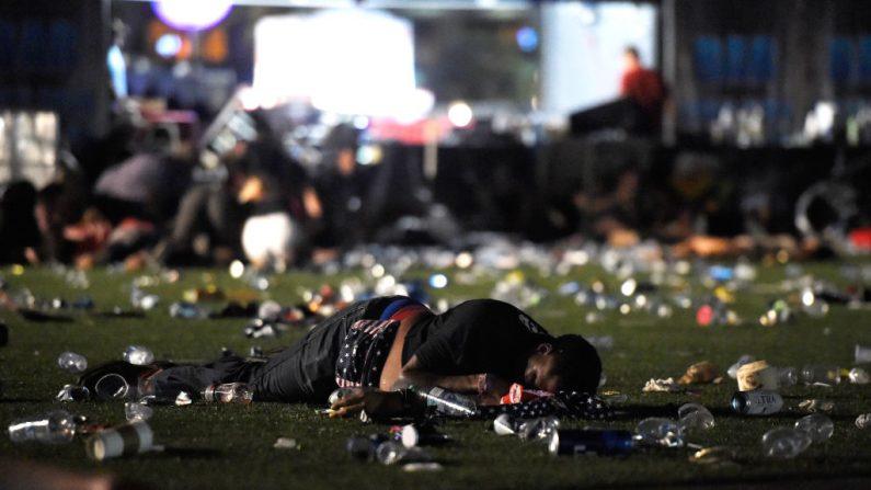 Una persona acostada sobre el suelo en el festival de música country después del tiroteo el 1 de octubre de 2017 en Las Vegas, Nevada, Estados Unidos. (David Becker / Getty Images)