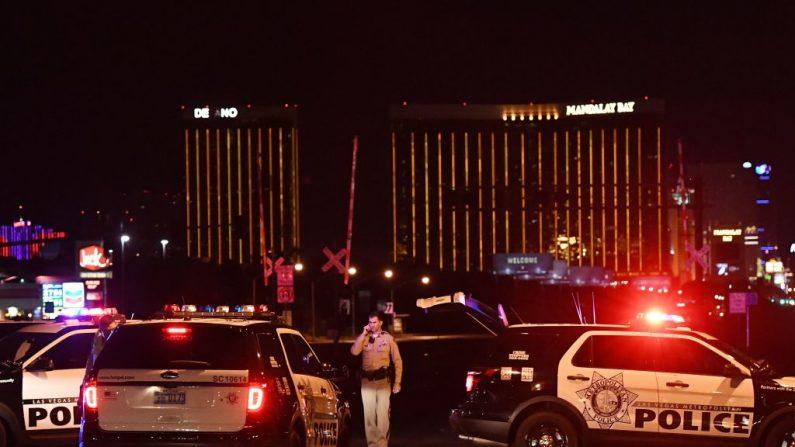 La policía forma un perímetro alrededor de la carretera que conduce al hotel Mandalay después de que un francotirador matara al menos a 50 personas e hiriera a más de 400 cuando abrió fuego en un concierto de música country en Las Vegas, Nevada, el 2 de octubre de 2017. (MARK RALSTON / AFP / Getty Images)