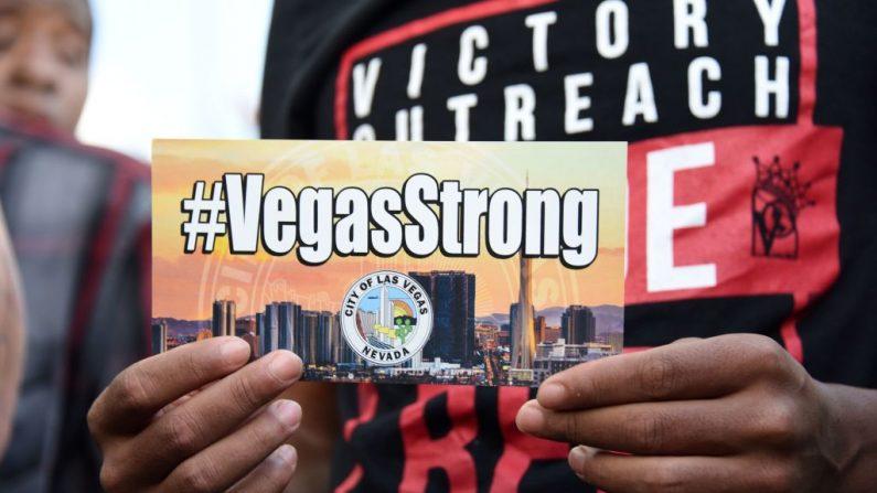 Personas asisten a una vigilia a la luz de las velas en el ayuntamiento de Las Vegas el 2 de octubre de 2017, después de que un tirador matara al menos a 58 personas e hiriera a más de 500 cuando abrió fuego en un concierto de música country en Las Vegas. (ROBYN BECK / AFP / Getty Images)
