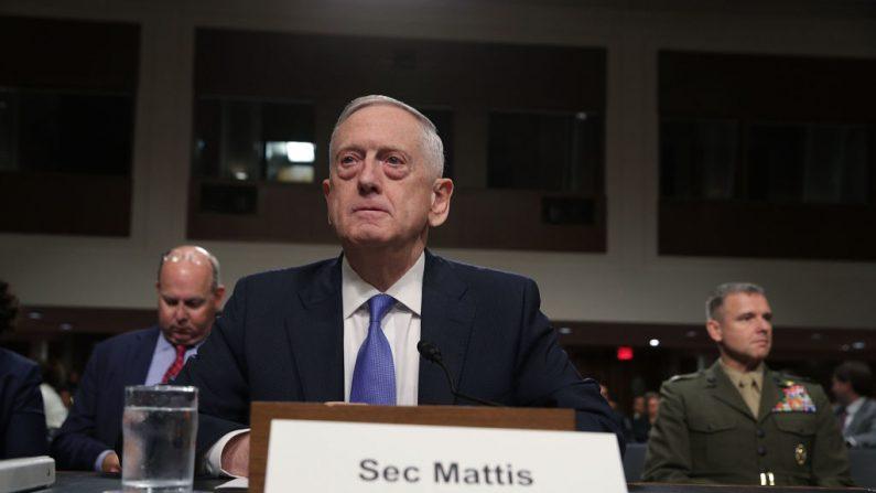 El Secretario de Defensa de los Estados Unidos, Jim Mattis, espera el comienzo de una audiencia ante el Comité de Servicios Armados del Senado el 3 de octubre de 2017 en el Capitolio de Washington, DC. (Foto de Alex Wong / Getty Images)