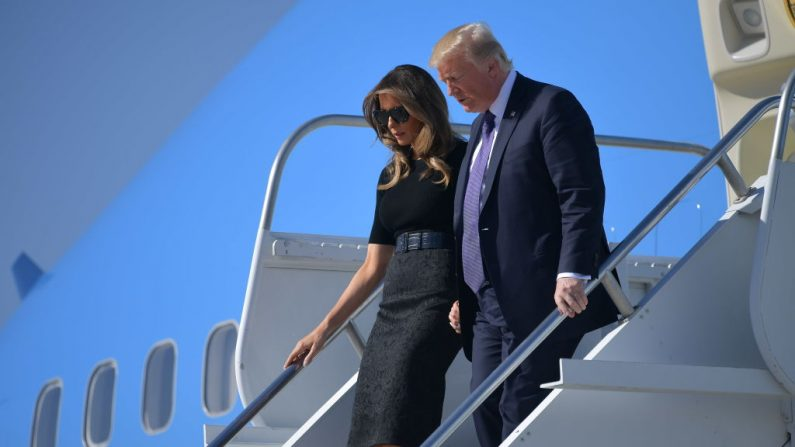 El Presidente de los Estados Unidos Donald Trump y la Primera Dama Melania Trump llegan al Aeropuerto Internacional McCarran en Las Vegas el 4 de octubre de 2017.  (MANDEL NGAN / AFP / Getty Images)