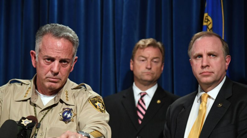 De Izq. a Der.: El sheriff Joe Lombardo, el senador de los Estados Unidos Dean Heller y el Agente Especial de la División Las Vegas del FBI Aaron Rouse durante una rueda de prensa en la sede del Departamento de Policía Metropolitana de Las Vegas, el 4 de octubre de 2017 en Las Vegas, Nevada. (Ethan Miller / Getty Images)