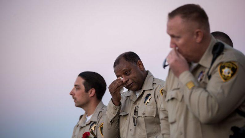 Un oficial se seca las lágrimas durante una vigilia para el Oficial Charleston Hartfield del Departamento de Policía Metropolitana de Las Vegas en el Police Memorial Park en Las Vegas el 5 de octubre de 2017. (Drew Angerer / Getty Images)