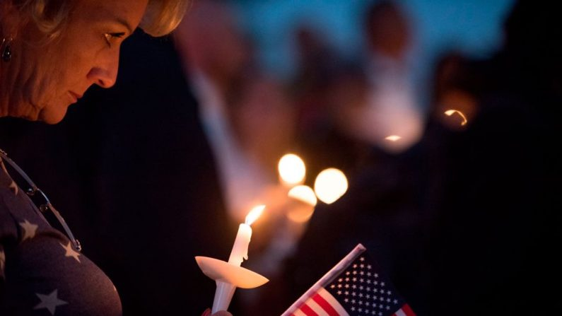 Una señora asiste a la vigilia en honor al agente del Departamento de Policía Metropolitana de Las Vegas Charleston Hartfield en el Parque Memorial de la Policía el 5 de octubre de 2017 en Las Vegas, Nevada. (ROBYN BECK / AFP / Getty Images)