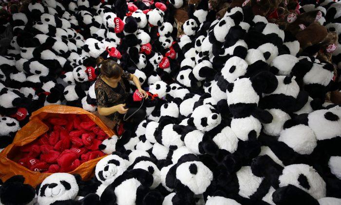 Imagen ilustrativa. Trabajador chino hace peluches de panda rellenos para la exportación en una fábrica de juguetes en Lianyungang, provincia de Jiangsu el 9 de octubre de 2017. (STR/AFP/Getty Images)