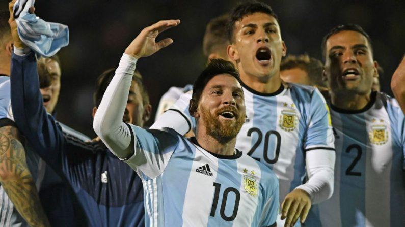 El argentino Lionel Messi (C) celebra tras derrotar a Ecuador y clasificarse para el torneo de fútbol de la Copa Mundial 2018, en Quito, el 10 de octubre de 2017. (JUAN RUIZ / AFP / Getty Images)