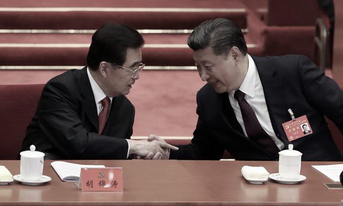 El líder chino Xi Jinping (derecha) estrecha la mano de Hu Jintao, su predecesor, durante la sesión de apertura del 19º Congreso Nacional en Beijing el 18 de octubre de 2017. (Lintao Zhang/Getty Images)