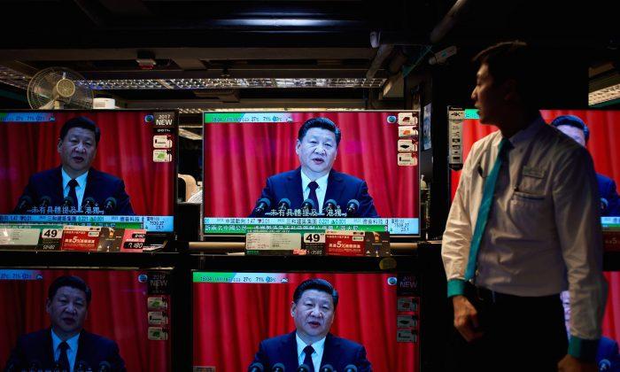 Una tienda de electrodomésticos en Hong Kong con televisores que muestran un informe sobre el discurso de Xi Jinping en la sesión de apertura del XIX Congreso Nacional del Partido Comunista Chino, el 18 de octubre de 2017. (Anthony Wallace/AFP/Getty Images)