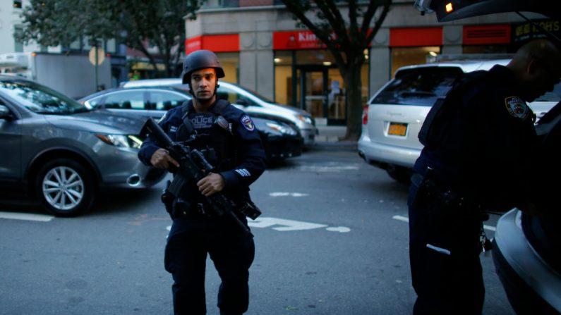 La policía de Nueva York acude después de que varias personas fueran golpeadas por un camión que se estrelló contra un carril de bici en el bajo Manhattan el 31 de octubre de 2017 en la ciudad de Nueva York. (Kena Betancur / Getty Images)