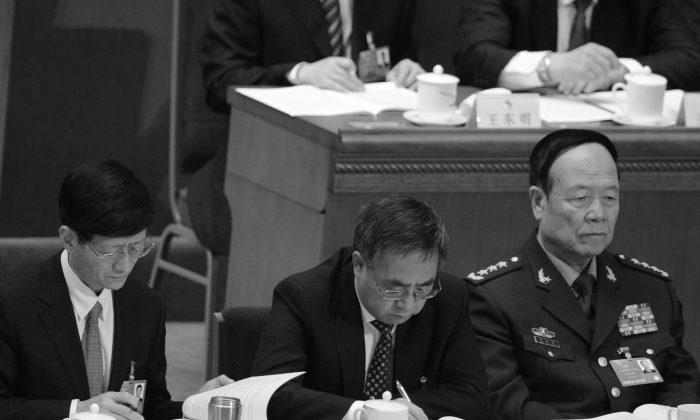 El ex vice jefe de la Comisión Militar Central, Guo Boxiong (a la derecha) el 5 de marzo de 2013. (Goh Chai Hin/AFP/Getty Images)