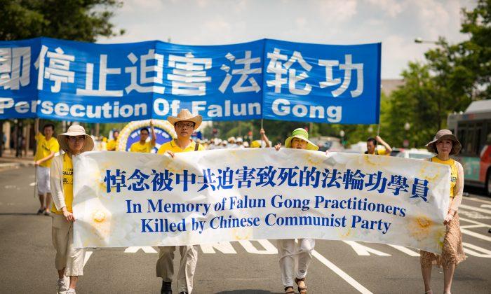 Cientos de practicantes de Falun Dafa marchan en Washington D.C. para pedir el fin de la persecución a Falun Dafa en China. (Benjamin Chasteen/La Gran Época)