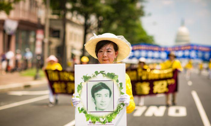 Los practicantes de Falun Gong realizan una vigilia con velas frente al consulado chino en Los Ángeles el 15 de octubre de 2105, en memoria de qioenes han muerto durante la persecución de 16 años en China. Exigen que Jiang Zemin comparezca ante la justicia. (Benjamin Chasteen / La Gran Época)