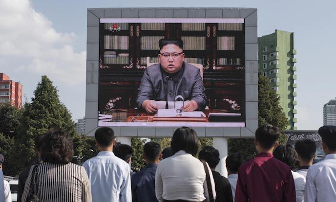 Los norcoreanos observan una declaración del dictador Kim Jong Un en una pantalla de televisión frente a la estación de tren de Pyongyang el 22 de septiembre. (Ed Jones/AFP/Getty Images)