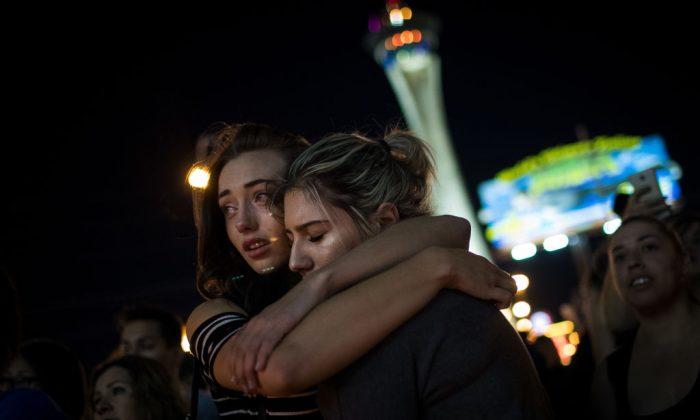 Los damnificados asisten a una vigilia a la luz de las velas por las víctimas del tiroteo masivo del domingo 2 de octubre en Las Vegas, Nevada. La masacre es uno de los más mortíferos hechos de disparos masivos en la historia de Estados Unidos. (Drew Angererer/Getty Images)