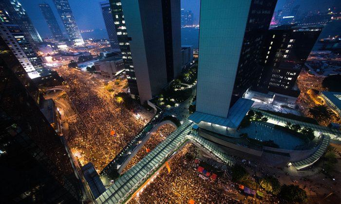 Las calles del distrito financiero de Hong Kong, repletas de manifestantes exigiendo sufragio universal en las elecciones locales del 30 de septiembre de 2014. (Anthony Kwan/Getty Images)
