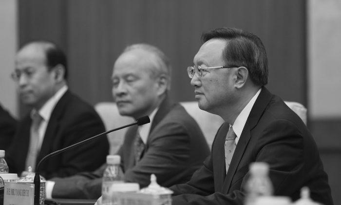 Yang Jiechi (derecha) durante una reunión en la Casa de Invitados del Estado de Diaoyutai en Beijing, el 18 de marzo de 2017. Yang fue ascendido a miembro del Politburó, conformado por 25 personas, luego del 19º Congreso Nacional del Partido Comunista Chino. (Lintao Zhang/Pool/Getty Images)