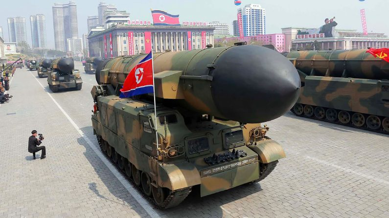 Esta foto del 15 de abril de 2017, publicada por la Agencia Central de Noticias Coreana (KCNA) el 16 de abril de 2017, muestra los misiles balísticos de Corea del Norte desplegados a través de la plaza Kim Il-Sung durante un desfile militar en Pyongyang con motivo del 105 aniversario del nacimiento del fallecido líder Kim Il-Sung. (AFP/Getty Images)