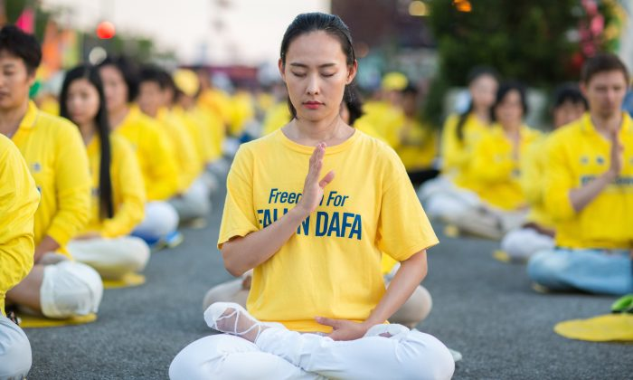 Centenares de practicantes de Falun Dafa celebran una vigilia a la luz de las velas para conmemorar a las víctimas de la persecución en China, frente al consulado chino en la ciudad de Nueva York el 16 de julio de 2017. (Benjamin Chasteen/La Gran Época)